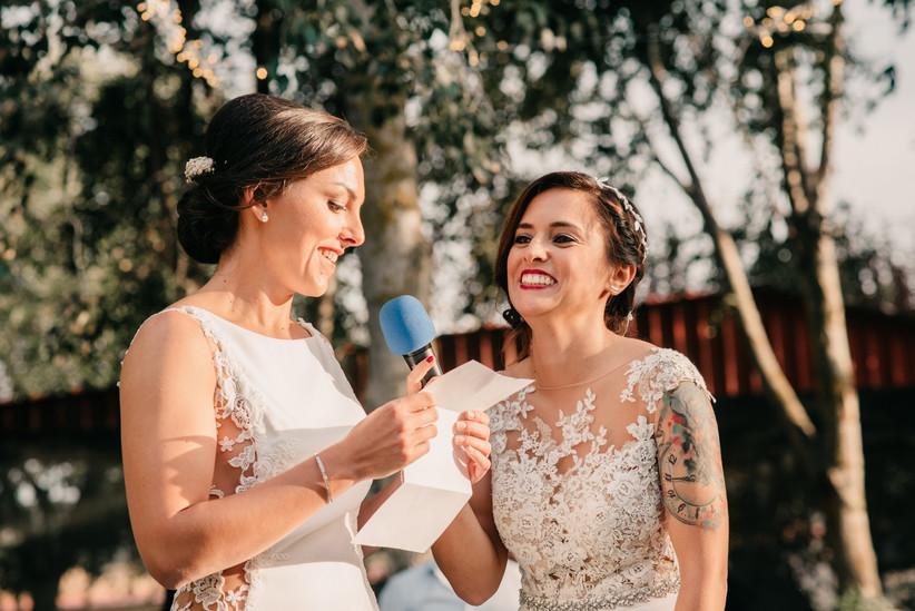 pareja de chicas en el discurso de la ceremonia de su boda