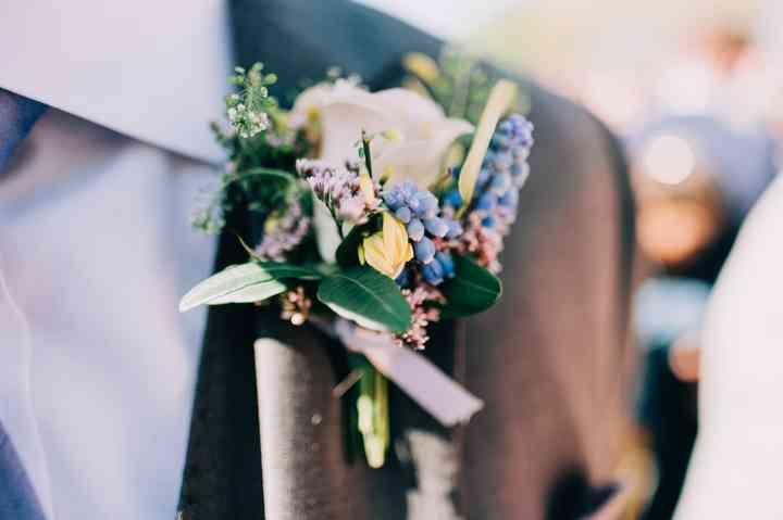 Primer plano del prendido o boutonnière del novio el día de la boda