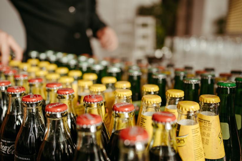 variadas botellas de refrescos a punto para la fiesta el día de la boda