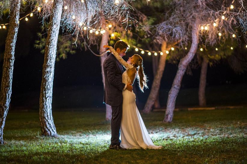 Pareja abrazada tras el atardecer el día de la boda