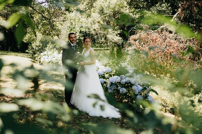 Pareja de recién casados feliz durante la sesión fotográfica el día de la boda