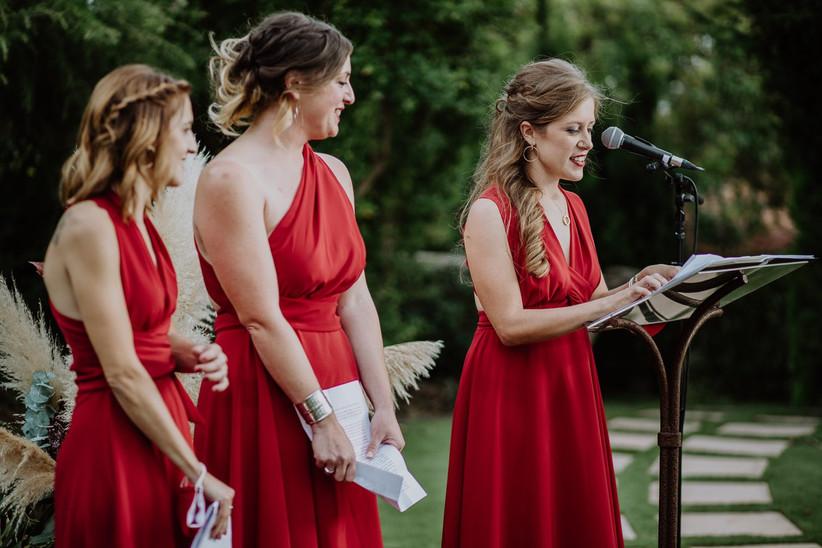 Damas de honor durante las lecturas o discursos el día de la boda