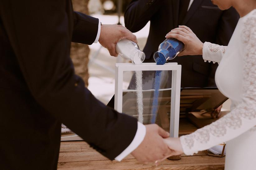 Ceremonia simbólica de la arena durante una ceremonia civil el día de la boda