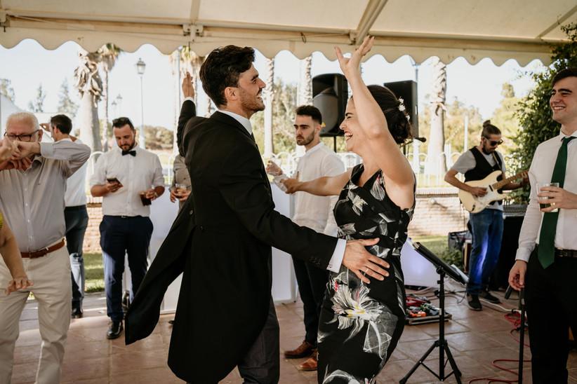 Novio bailando con su hermana durante la fiesta el día de la boda