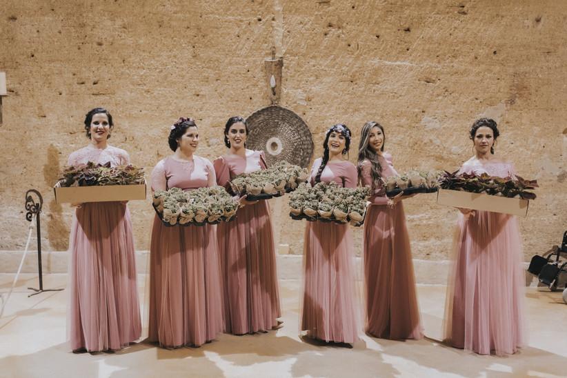 Damas de honor con los detalles de boda antes de repartirlos a los invitados el día de la boda