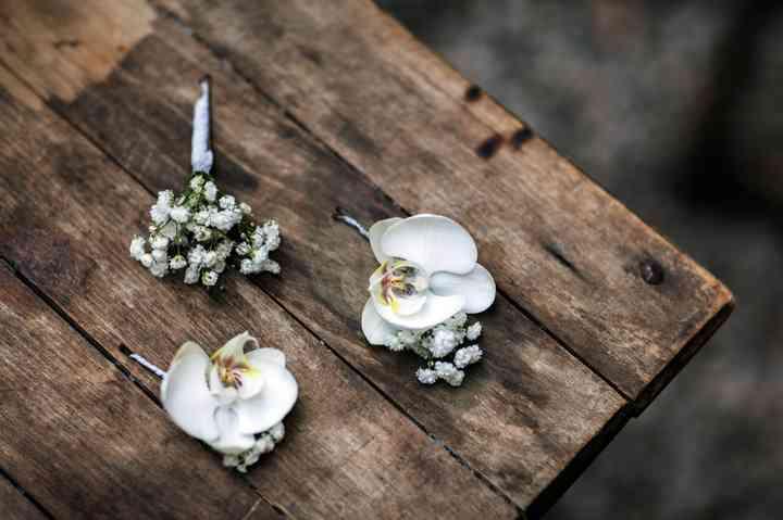 Tres prendidos o boutonnières diferentes el día de la boda