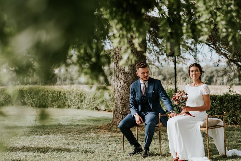 Pareja en el altar de la ceremonia civil cogida de la mano el día de la boda