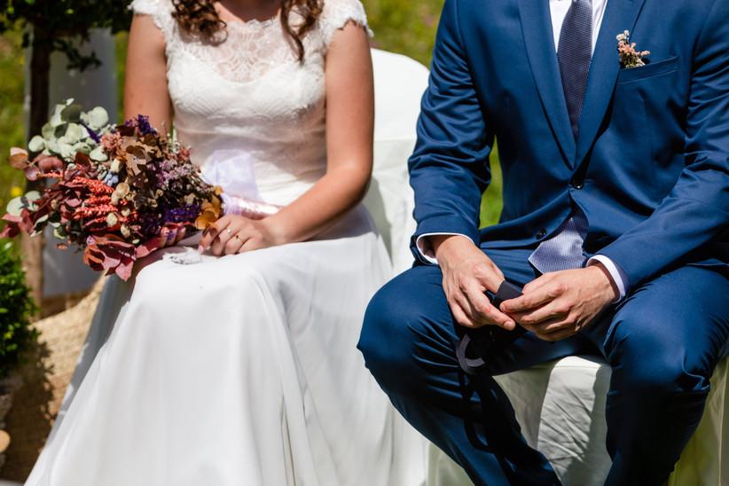 Pareja en el altar durante la ceremonia civil el día de la boda