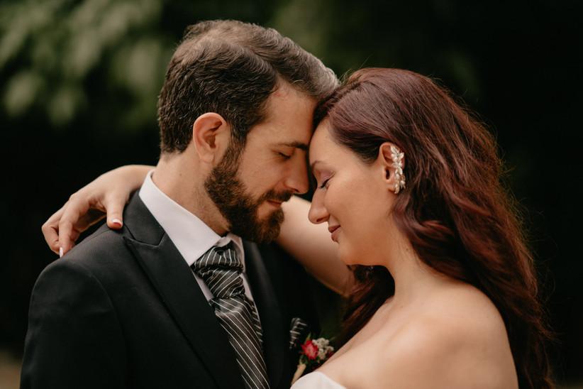 Pareja feliz y abrazada el día de la boda