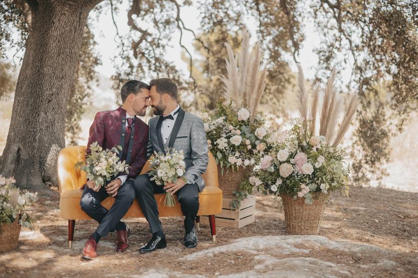 Pareja LGTBI+ en el altar de la ceremonia civil el día de la boda