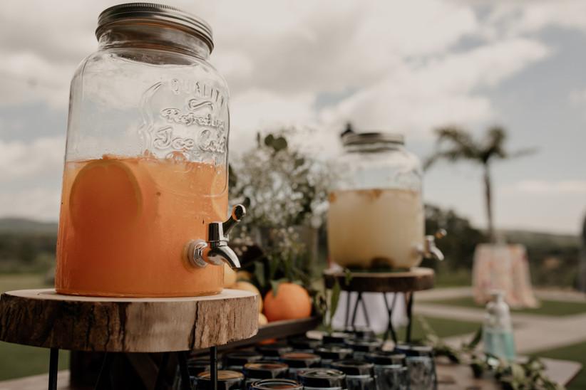 Dispensadores de zumos de frutas naturales preparados el día de la boda