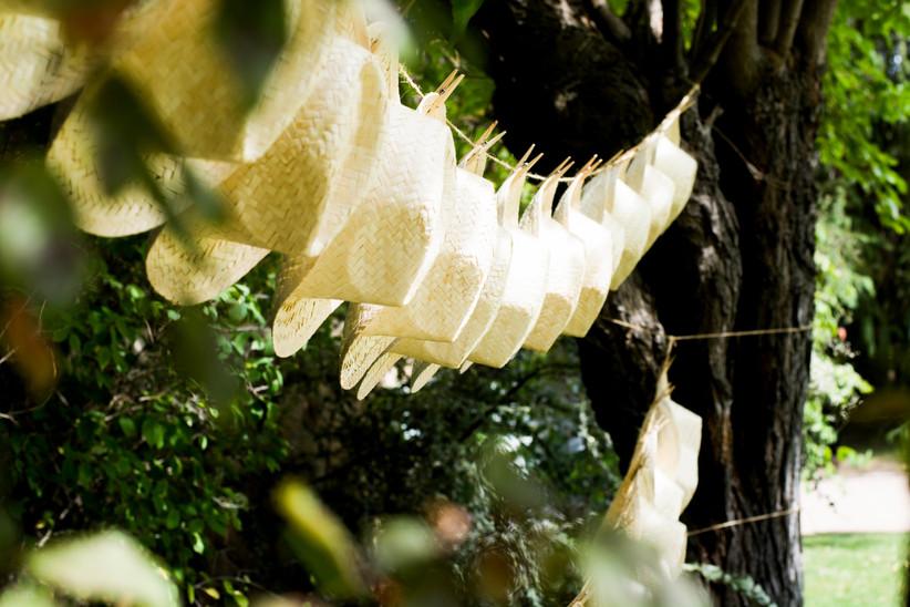 Sombreros de paja, un práctico regalo de boda para los invitados en las bodas de verano