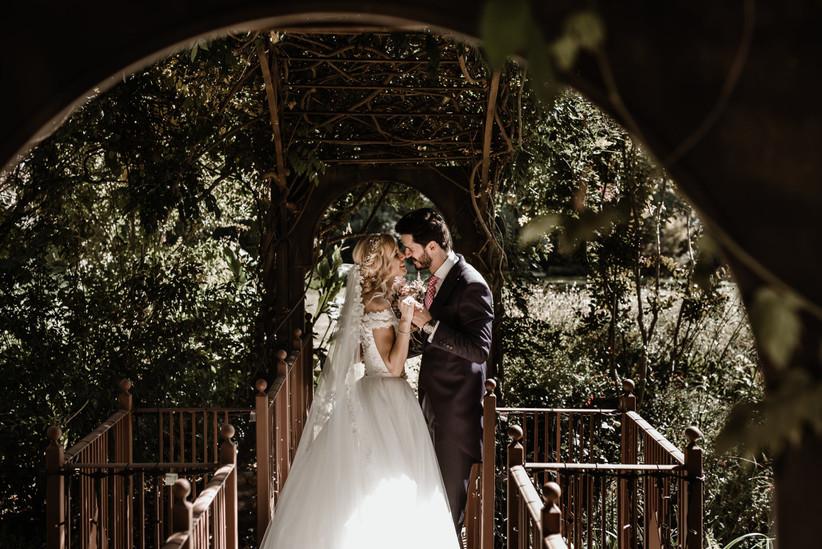 Pareja feliz y cogida de las manos durante la sesión fotográfica el día de la boda