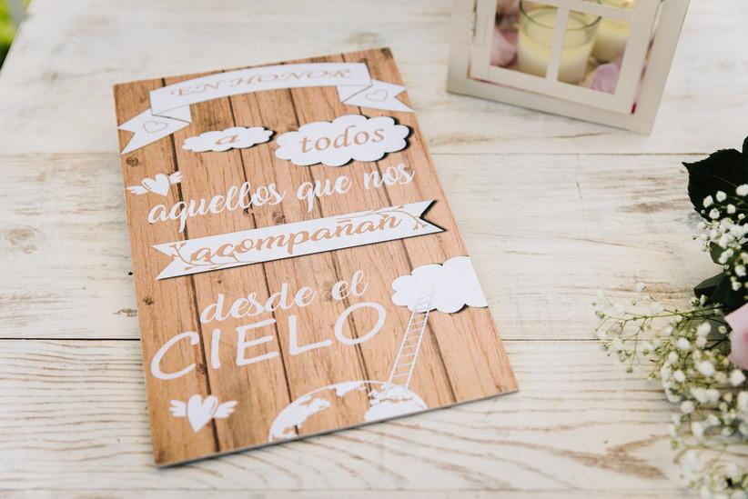 Cartel haciendo homenaje póstumo a los abuelos que ya no están el día de la boda