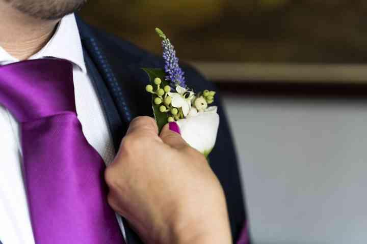 Colocando el prendido o boutonnière el día de la boda