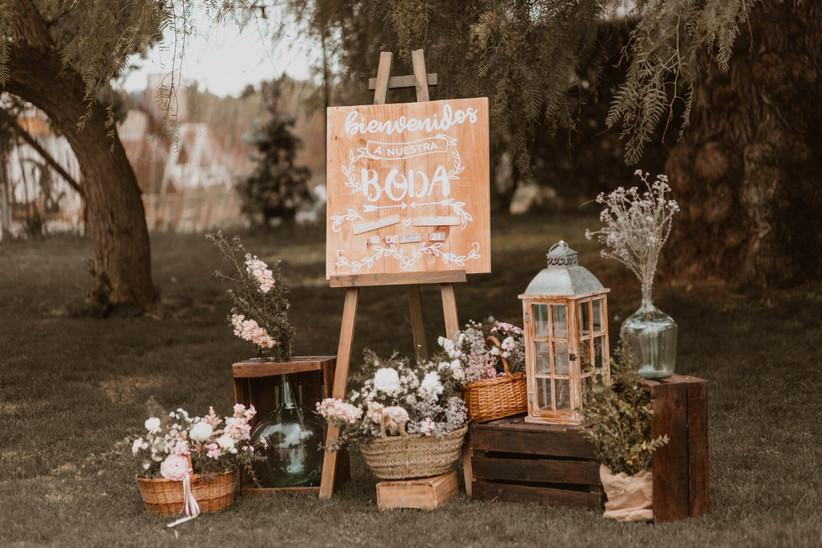 Cartel dando la bienvenida a los invitados a una boda de día en un bonito rincón decorativo