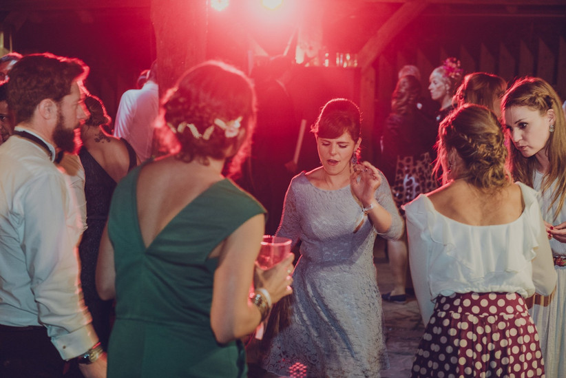 la fiesta de la boda con los invitados bailando y cantando