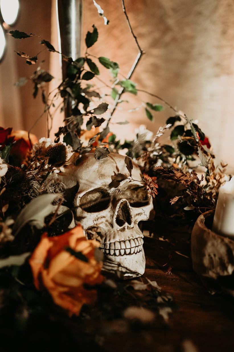 Calaveras de Halloween como parte de las ideas de decoración de Halloween para la boda