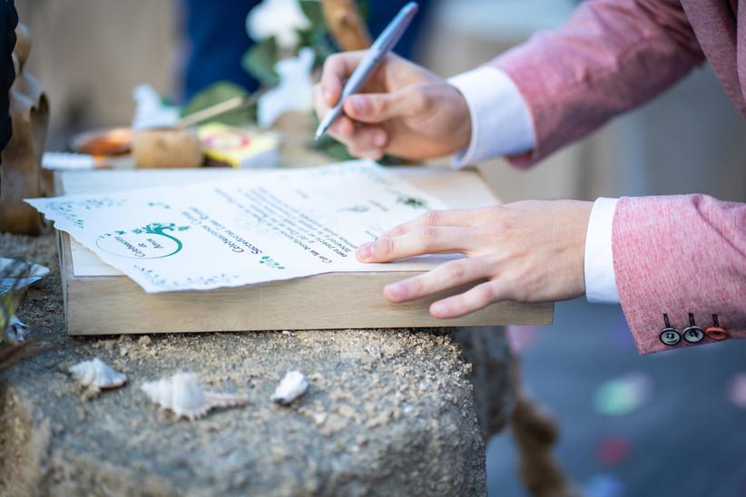Testigo firmando el acta matrimonial el día de la boda