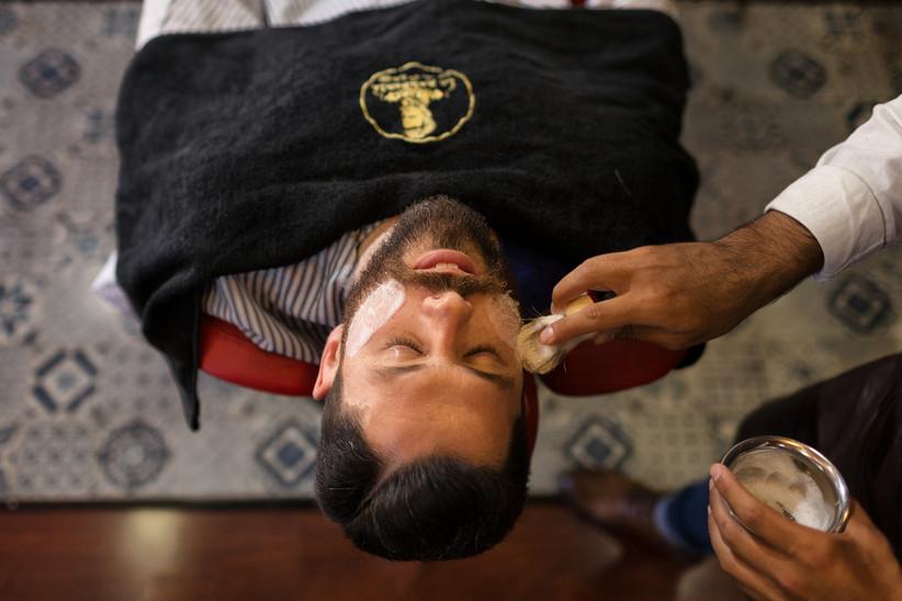 Novio en la barbería el día de la boda