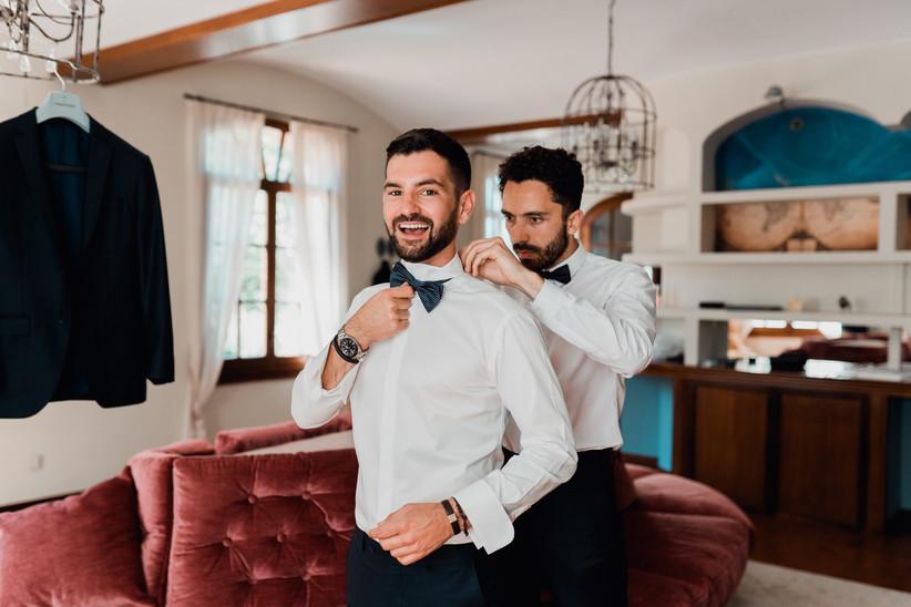 novio durante los preparativos de su boda junto a un amigo