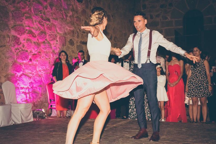 primer baile de pareja alternativo con los invitados mirando