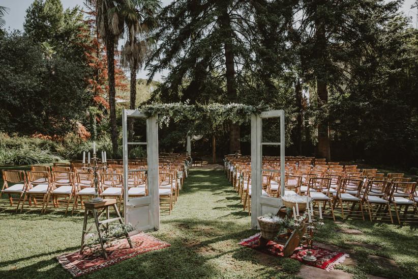 Precioso escenario nupcial, a punto para celebrar la ceremonia civil el día de la boda