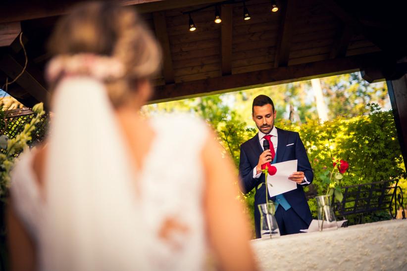 Pareja en el altar durante la celebración de la ceremonia de la rosa el día de la boda