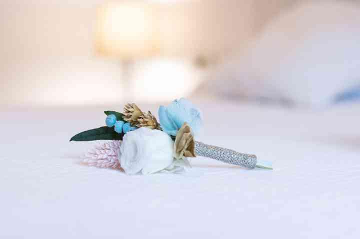 Prendido o boutonnière en tonos blancos y azules