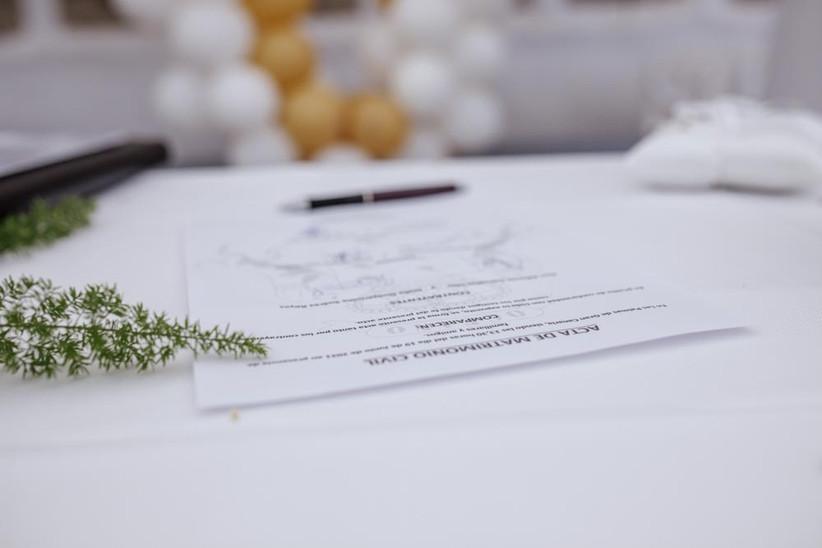 Acta matrimonial civil firmada el día de la boda por la pareja y los responsables legales