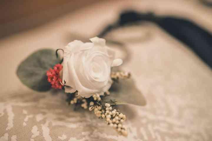Prendido o boutonnière con rosa blanca