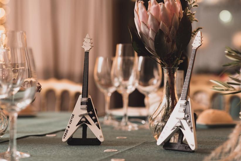Centros de mesa con guitarras eléctricas para una boda rockera