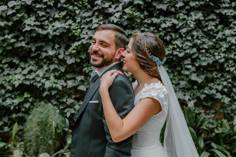 Pareja feliz y sonriente en la sesión de fotos del día de la boda