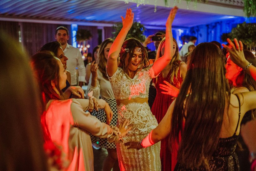 una novia cantando y bailando en la fiesta de su boda