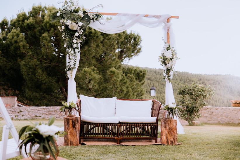 Decoración en blanco y con elementos naturales, perfecta para una boda de verano