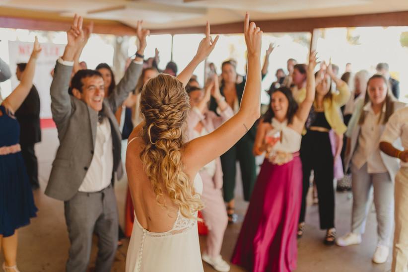 Novia e invitados bailando alegremente alguna de las canciones de boda el día de la boda