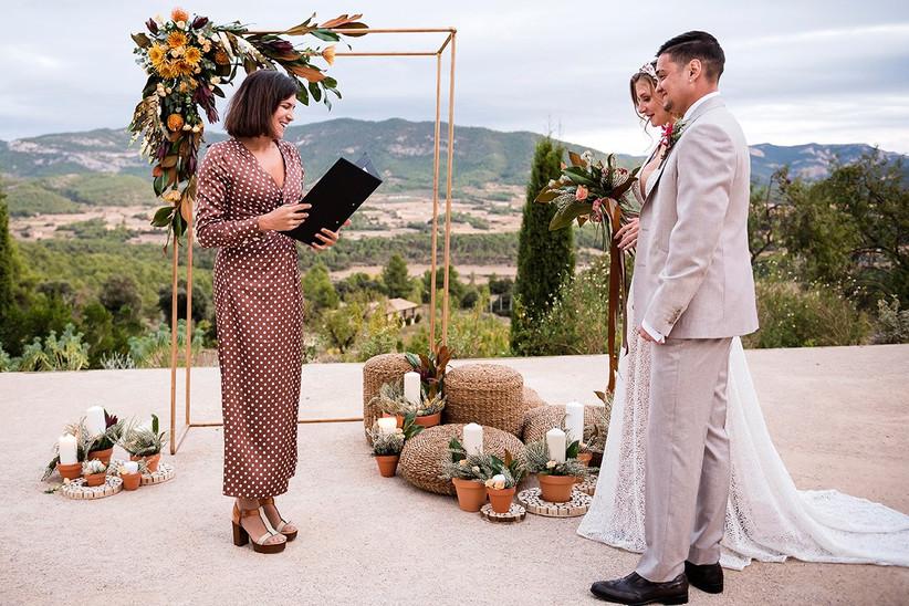 Pareja en el altar de la ceremonia civil el día de la boda en compañía de la maestra de ceremonias