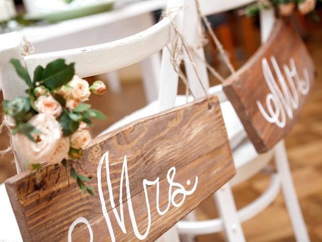 Las sillas de los novios en el banquete