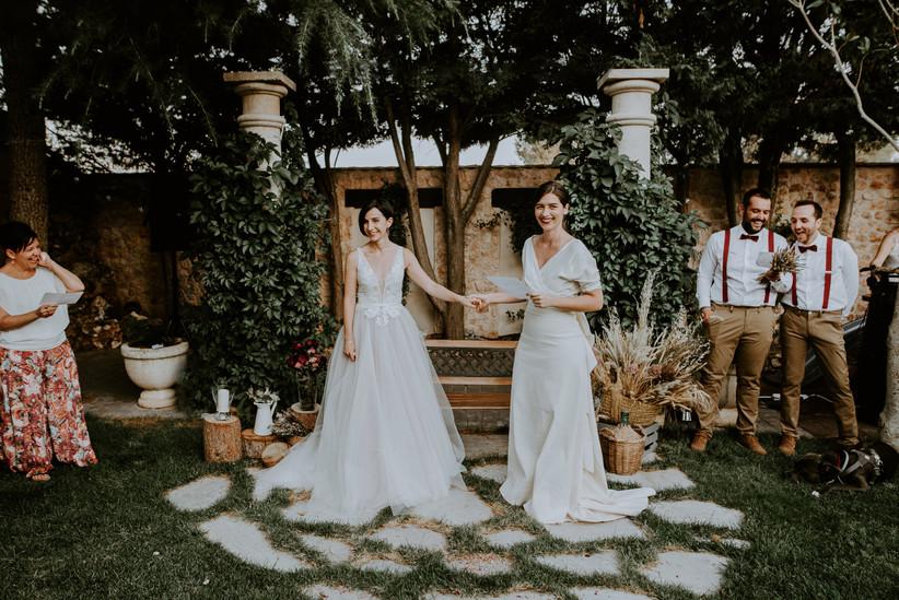 Pareja LGTBI+ el día de la boda durante el desarrollo de la ceremonia civil sin validez legal