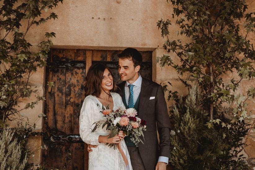 Pareja sonriente durante la sesión de fotos el día de la boda
