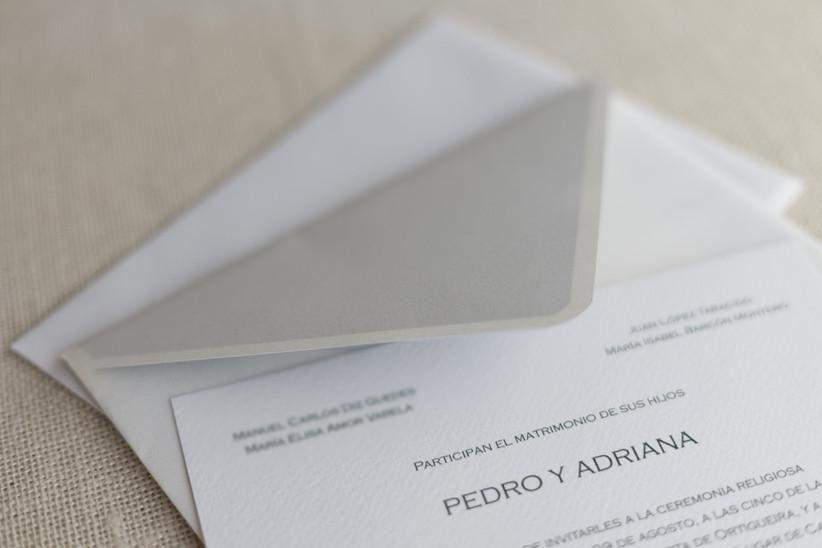 Invitación de boda de estilo clásico con el sobre correspondiente