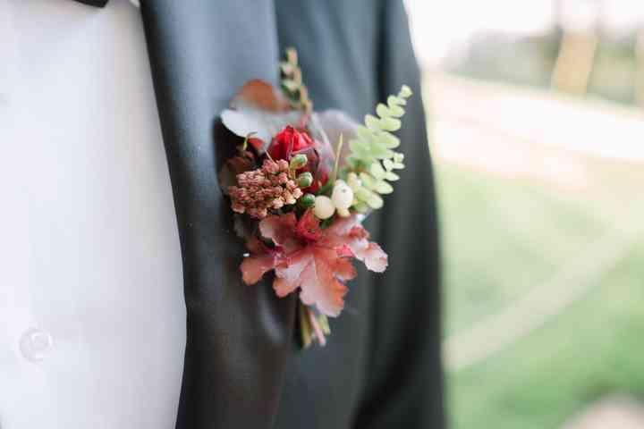 Prendido o boutonnière multicolor en el traje de novio