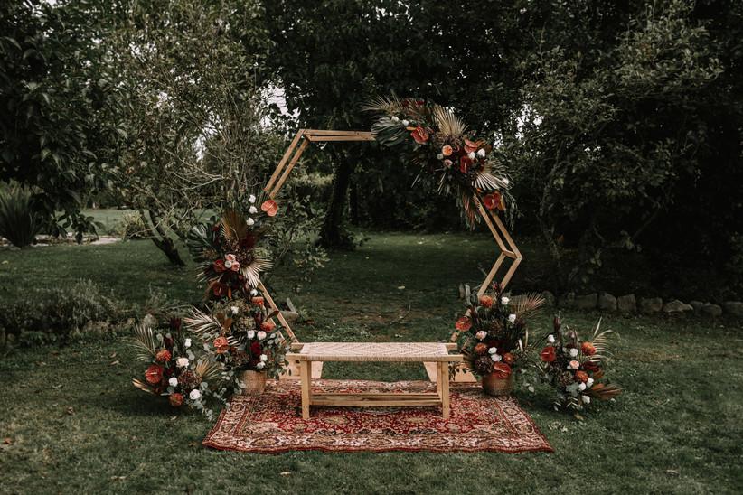 Arco de flors hexagonal en el altar de boda