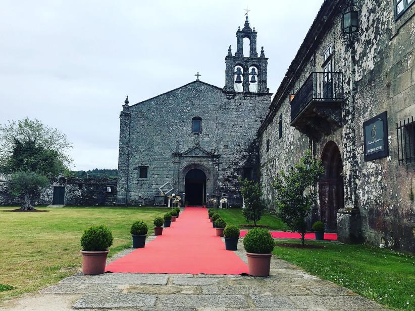 Exterior de una iglesia católica el día de la boda