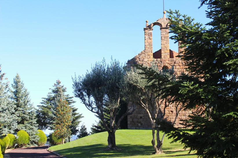 Exterior de una iglesia católica rodeada de vegetación