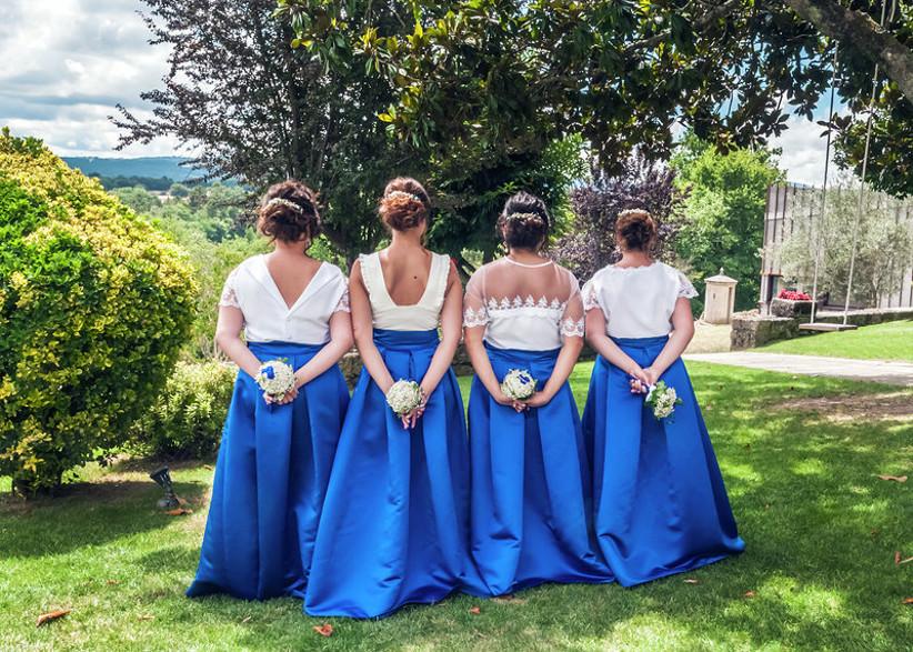 Damas de honor de espaldas, con trajes de dama de honor bicolor, el día de la boda