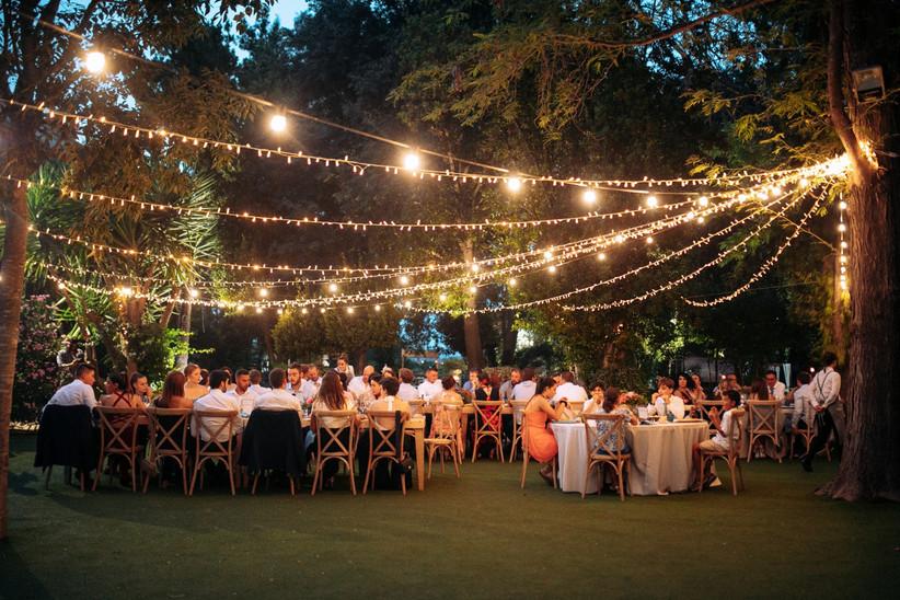 Banquete de boda al atardecer al aire libre