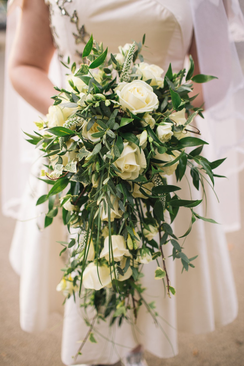 ramo de novia en cascada flores blancas y verdes