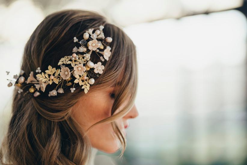 tocado de novia con flores de porcelana y metalizadas, ideal para novias románticas