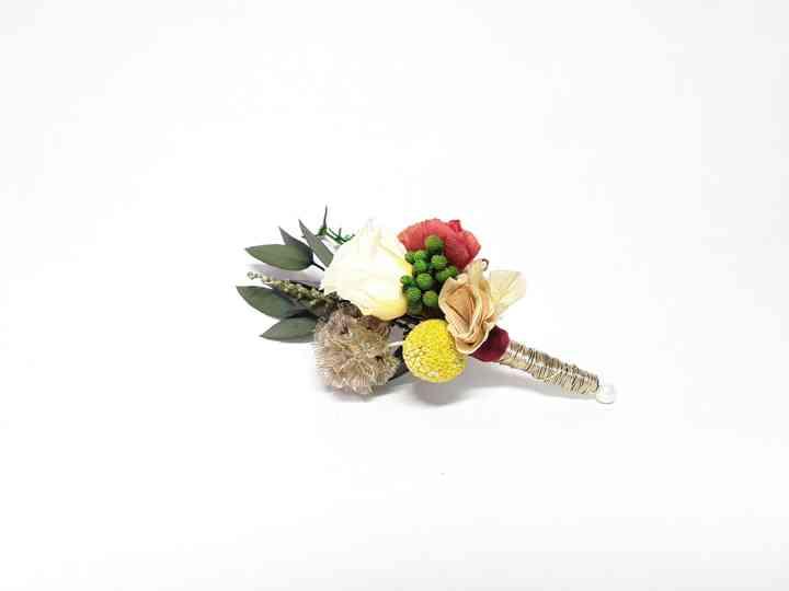 Prendido o boutonnière en amarillo, rojo, verde y blanco